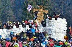 Abramtsevo, het gebied van Moskou, Rusland, 13 Maart, 2016 Mensen die aan viering van Bakshevskaya Shrovetide deelnemen Stormen v Royalty-vrije Stock Fotografie