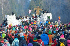 Abramtsevo, het gebied van Moskou, Rusland, 13 Maart, 2016 Mensen die aan viering van Bakshevskaya Shrovetide deelnemen Stormen v Stock Foto
