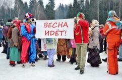 Abramtsevo, het gebied van Moskou, Rusland, 13 Maart, 2016 Mensen die aan viering van Bakshevskaya Shrovetide dichtbij strobeelte Stock Foto's
