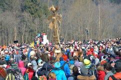 Abramtsevo, het gebied van Moskou, Rusland, 13 Maart, 2016 Mensen die aan viering van Bakshevskaya Shrovetide dichtbij strobeelte Stock Fotografie