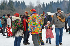 Abramtsevo Moskvaregion, Ryssland, mars, 13 2016 Folkdeltagande i beröm av Bakshevskaya Shrovetide Arkivbild
