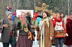 Abramtsevo Moskvaregion, Ryssland, mars, 13 2016 Folkdeltagande i beröm av Bakshevskaya Shrovetide nära sugröravbildning Royaltyfri Fotografi