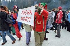 Abramtsevo Moskvaregion, Ryssland, mars, 13 2016 Folkdeltagande i beröm av Bakshevskaya Shrovetide nära sugröravbildning Arkivbilder
