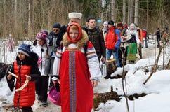 Abramtsevo Ryssland, mars, 13 2016 Folkdeltagande i beröm av Bakshevskaya Shrovetide Fotografering för Bildbyråer