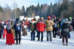 Abramtsevo Ryssland, mars, 13 2016 Folkdeltagande i beröm av Bakshevskaya Shrovetide Arkivbilder