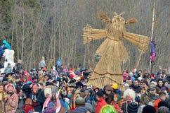 Abramtsevo Ryssland, mars, 13 2016 Folkdeltagande i beröm av Bakshevskaya Shrovetide Arkivfoton