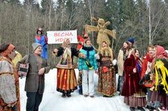 Abramtsevo Ryssland, mars, 13 2016 Folkdeltagande i beröm av Bakshevskaya Shrovetide nära sugröravbildning Royaltyfri Foto