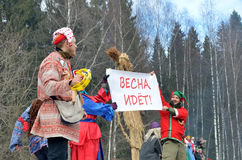 Abramtsevo Ryssland, mars, 13 2016 Folkdeltagande i beröm av Bakshevskaya Shrovetide nära sugröravbildning Fotografering för Bildbyråer