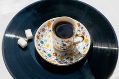 Abrandamento da manhã com conceito da música do estilo antigo Grave o vinil e a xícara de café nela Imagem de Stock Royalty Free