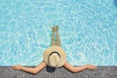 Abrandamento despreocupado da mulher no conceito das f?rias de ver?o da piscina imagens de stock