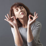 Abrandamento do zen para meditar a mulher 50s lindo Foto de Stock