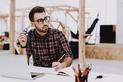 Abrandamento Indivíduo novo Homem de negócios Girador da rotação fotografia de stock