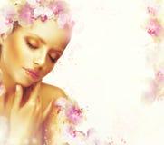 Abrandamento Mulher excelente genuína sonhadora com flores Fundo floral romântico Fotografia de Stock