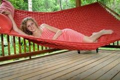 Abrandamento no hammock imagens de stock