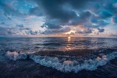 Abrandamento no mar que senta-se na praia, no por do sol, vista de primeira pessoa, distorção do fisheye fotografia de stock