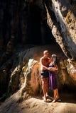 abraço da mulher e do homem na caverna Fotos de Stock