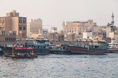 Abras und Dhows in Dubai Creek lizenzfreie stockbilder