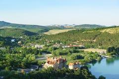 Abrau杜尔索手段村庄的北边缘在新罗西斯克都市区  晴朗日的夏天 免版税库存照片