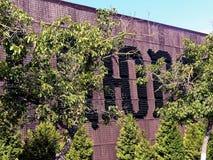 Abrau-Durso RYSSLAND Den inskrift`-Abrau-Durso `en på väggen av växten göras av tomglas av champagne Royaltyfri Bild