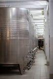 ABRAY-DURSO, РОССИЯ - 13-ОЕ МАЯ - 2017: Vats металла на винных изделиях на продукции фабрики вина Abrau-Durso Стоковое Изображение