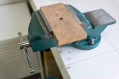 Abrazadera de banco en el cuarto de la herramienta Fotos de archivo libres de regalías