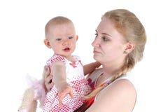Abrazando la madre y a la hija jovenes 11 meses Fotos de archivo