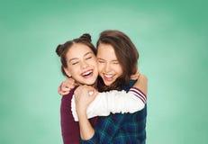 Abrazo adolescente sonriente feliz de las muchachas del estudiante Imágenes de archivo libres de regalías