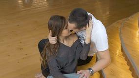Abrazo, afecto y romance jovenes de los pares almacen de metraje de vídeo