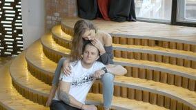 Abrazo, afecto y romance jovenes de los pares almacen de video