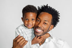 Abrazo afroamericano del padre y del hijo para un retrato Imagen de archivo