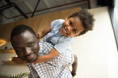 Abrazo afroamericano del padre y del niño Imagenes de archivo