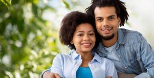 Abrazo afroamericano feliz de los pares imagen de archivo
