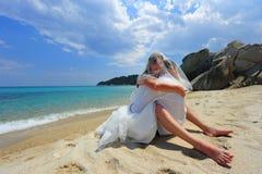 Abrazo apasionado en una playa tropical Foto de archivo