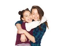 Abrazo bonito sonriente feliz de los adolescentes Imágenes de archivo libres de regalías