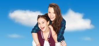 Abrazo bonito sonriente feliz de los adolescentes Foto de archivo