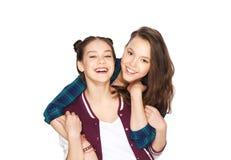 Abrazo bonito sonriente feliz de los adolescentes Imagen de archivo libre de regalías