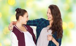 Abrazo bonito sonriente feliz de los adolescentes Fotografía de archivo