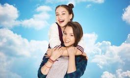 Abrazo bonito sonriente feliz de los adolescentes Fotos de archivo libres de regalías