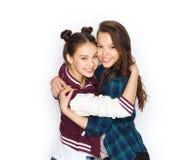 Abrazo bonito sonriente feliz de los adolescentes Imagenes de archivo