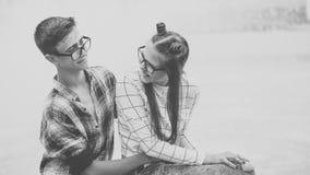 Abrazo cariñoso de los adolescentes de los pares Fotografía de archivo