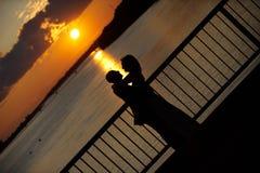 Abrazo cariñoso de los pares Foto de archivo
