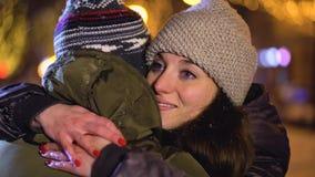 Abrazo cariñoso del individuo y de la muchacha almacen de metraje de vídeo