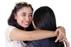 Abrazo de amigas Foto de archivo
