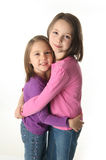 Abrazo de dos hermanas Fotos de archivo libres de regalías