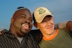 Abrazo de dos hombres Fotografía de archivo libre de regalías
