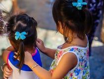 Abrazo de dos muchachas de Vietnames en la ciudad de Saigon Foto de archivo