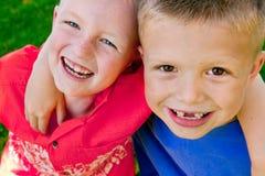 Abrazo de dos muchachos Imágenes de archivo libres de regalías