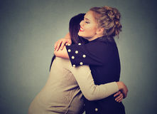 Abrazo de dos mujeres de los amigos Fotos de archivo libres de regalías