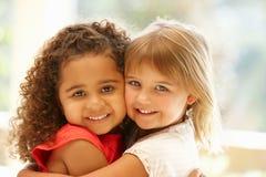 Abrazo de dos niñas Foto de archivo libre de regalías