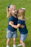 Abrazo de dos niñas Imagen de archivo libre de regalías